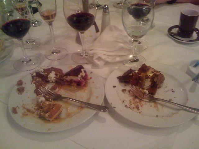 För att göra all världens desserter rättvisa behövdes två tallrikar. Hur skulle man annars få plats med allihop? Svulstigt på en helt annan nivå!
